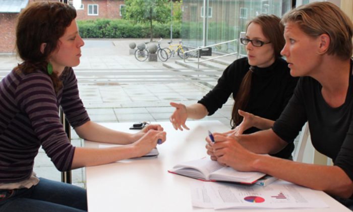 Loretxu Beigouignan, Catherine Preston and Hiske van Duinen are among the key people behind KI's Postdoc Association. Here they are discussing the terms for foreign postdocs at KI.
